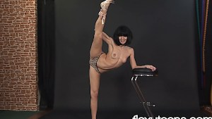 Professional ballet dancer shows her abilities naked